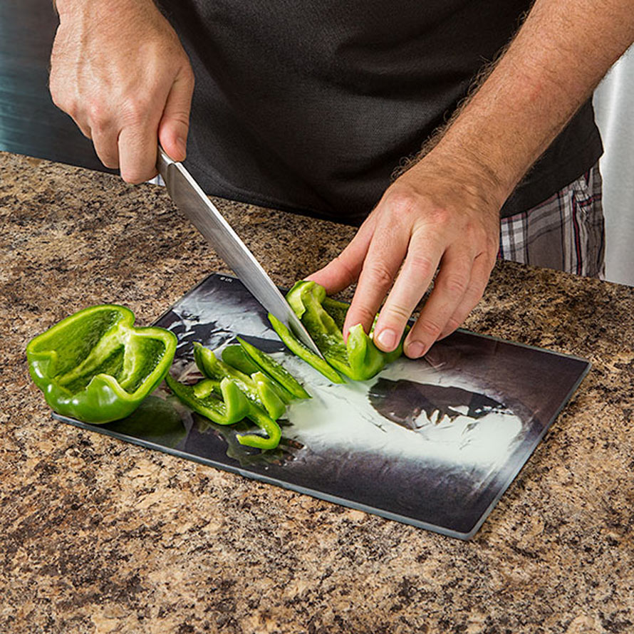 ivnt_sw_han_solo_cutting_board_inuse